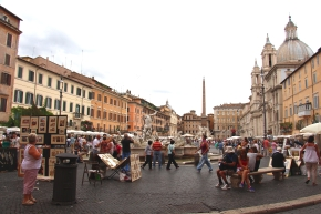 Street Performers and Artists fill the square of the most affluent piazza in Rome